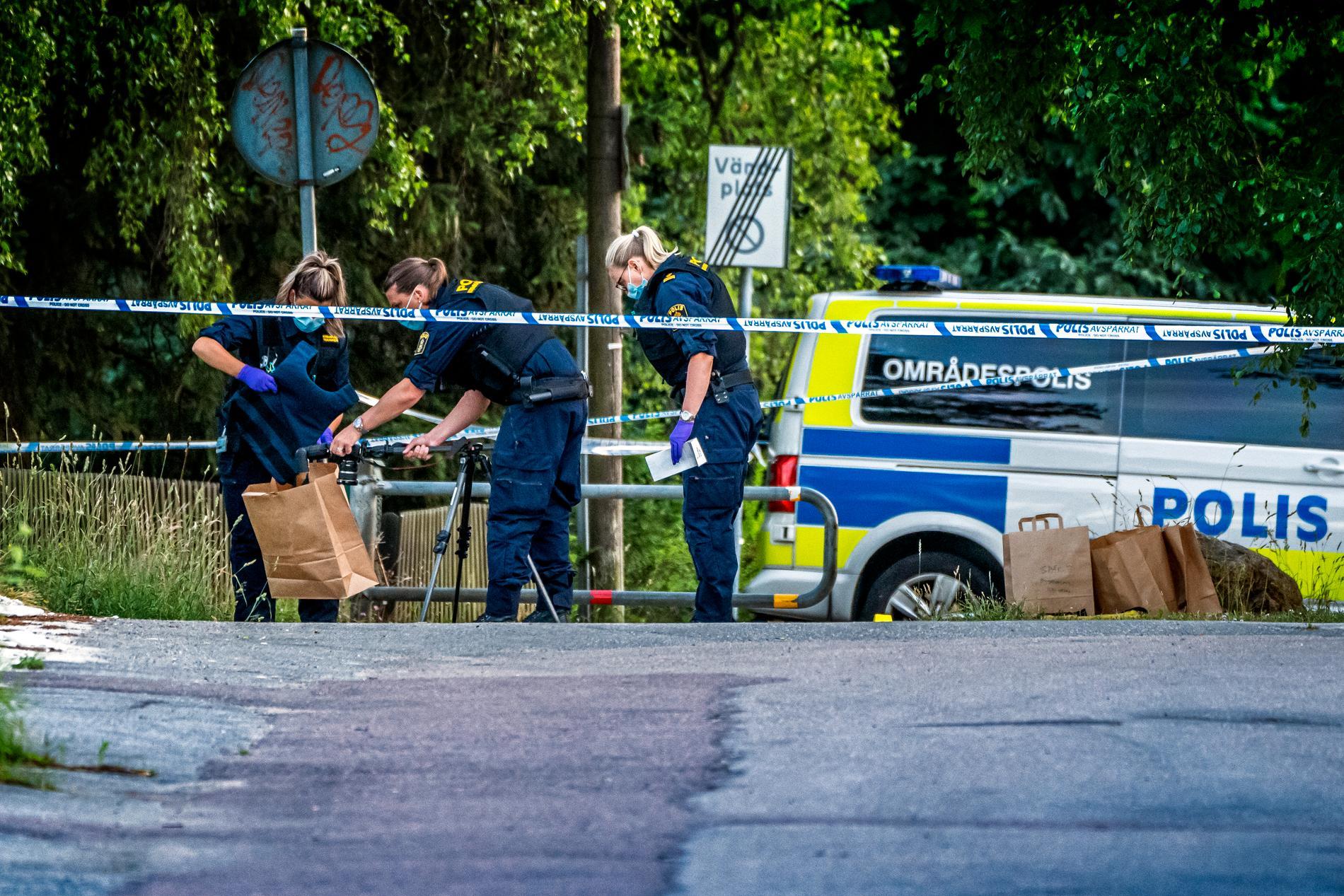 Polis på plats efter skjutning i Upplands Väsby tidigare i sommar.