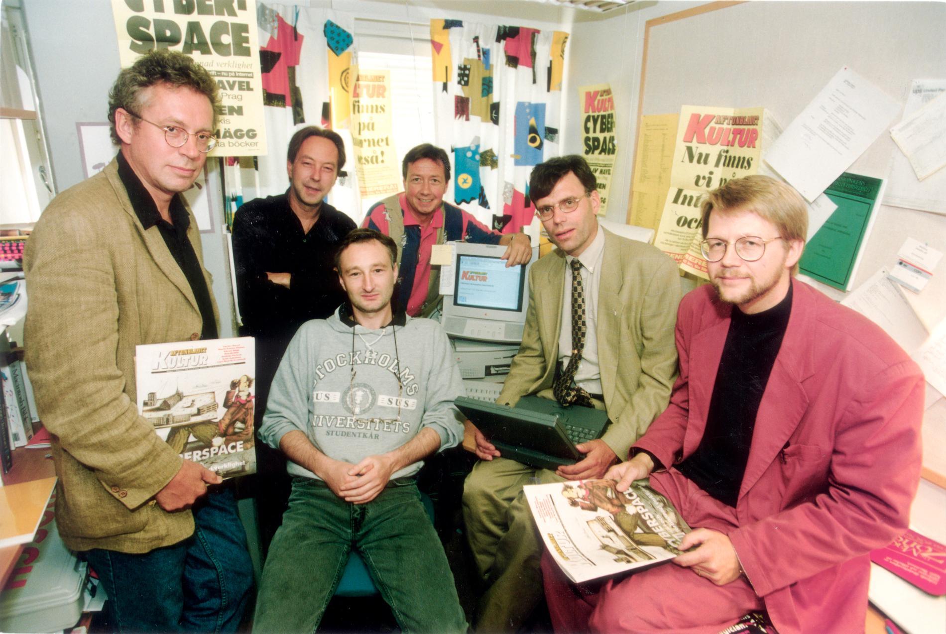 Den 25 augusti 1994 föddes Aftonbladet.se. Här är gänget som gjorde det: (fr v) Håkan Jaensson och Anders Paulrud från Aftonbladets kulturredaktion, Mark Comerford från JMK, Bo Hedin från Aftonbladet, Aftonbladets vd Gunnar Strömblad och Thorbjörn Lindskog, JMK.