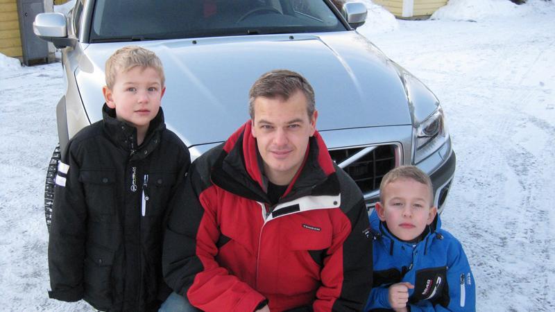 David, Fredrik och Erik Klerkestam framför Volvo XC70:n.