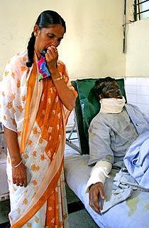 KROPPEN KOKAR Hina Fatimas faster vakar vid hennes sjukbädd. Sjukhuset är smutsigt och såren batterisyran orsakat riskerar att infekteras.