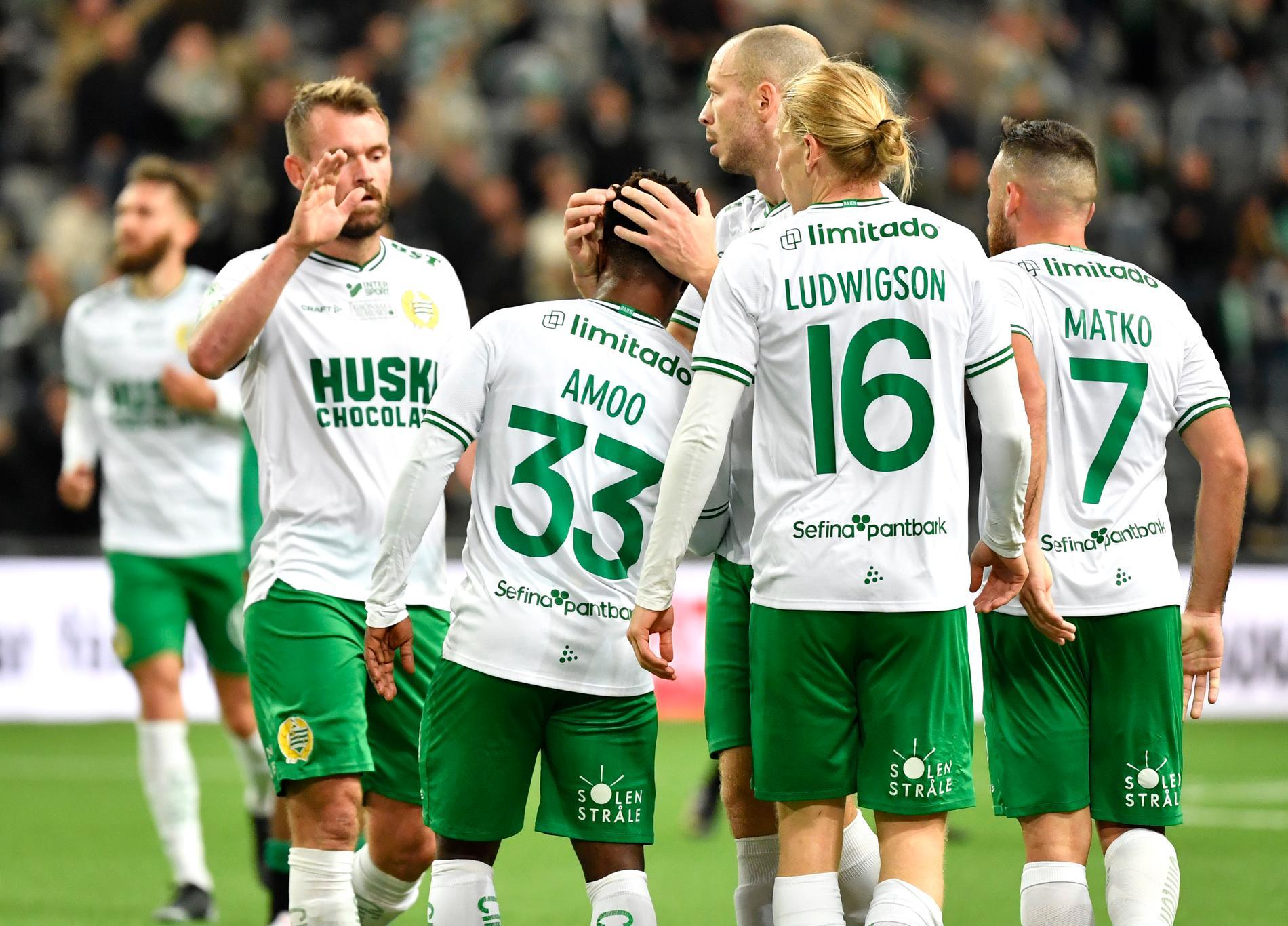 Hammarbys spelare klappar om målskytten Akinkunmi Amoo.