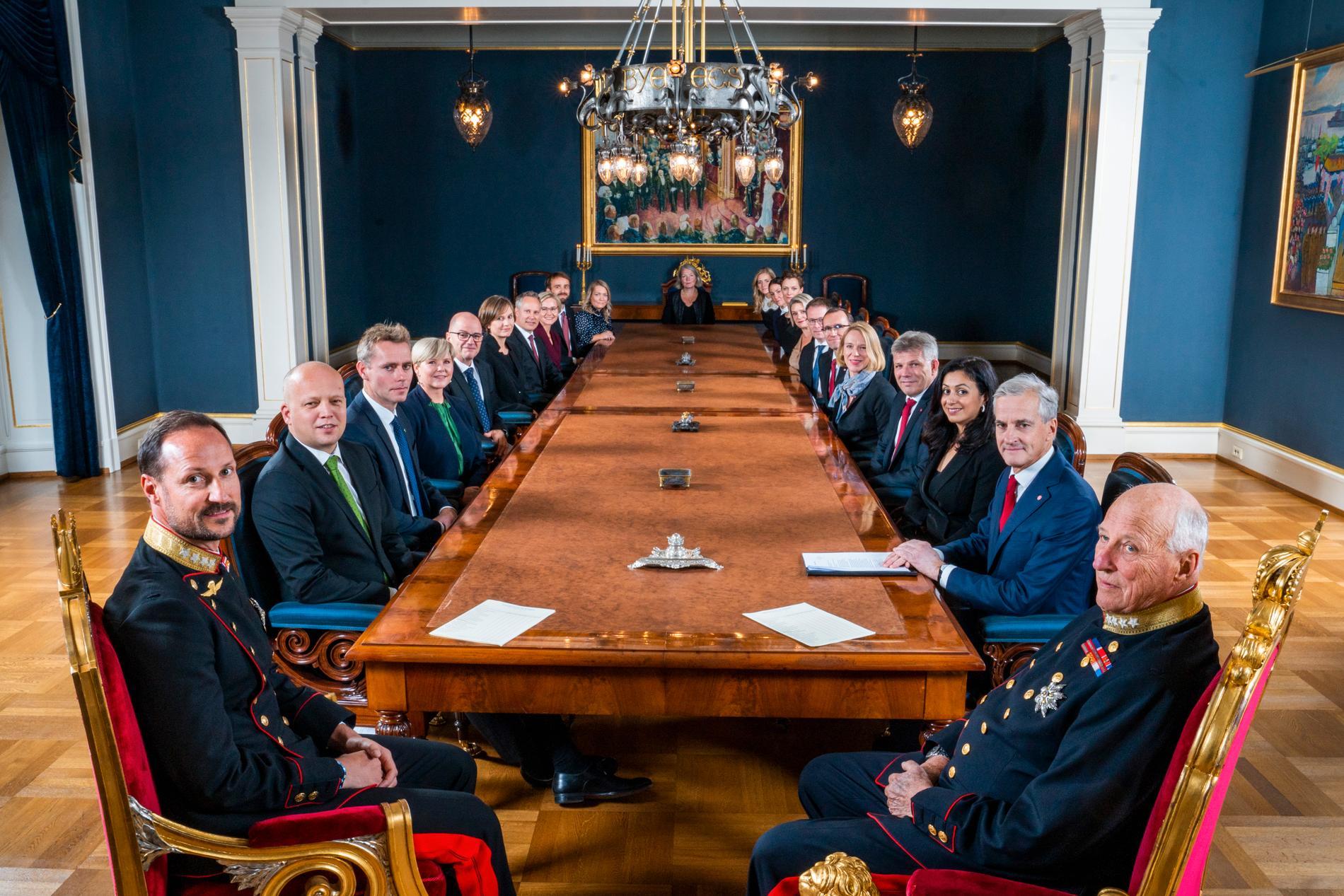 Den nya norska regeringen med norske kung Harald och kronprins Haakon. Nye statsministern Jonas Gahr Støre sitter till höger om kung Harald.