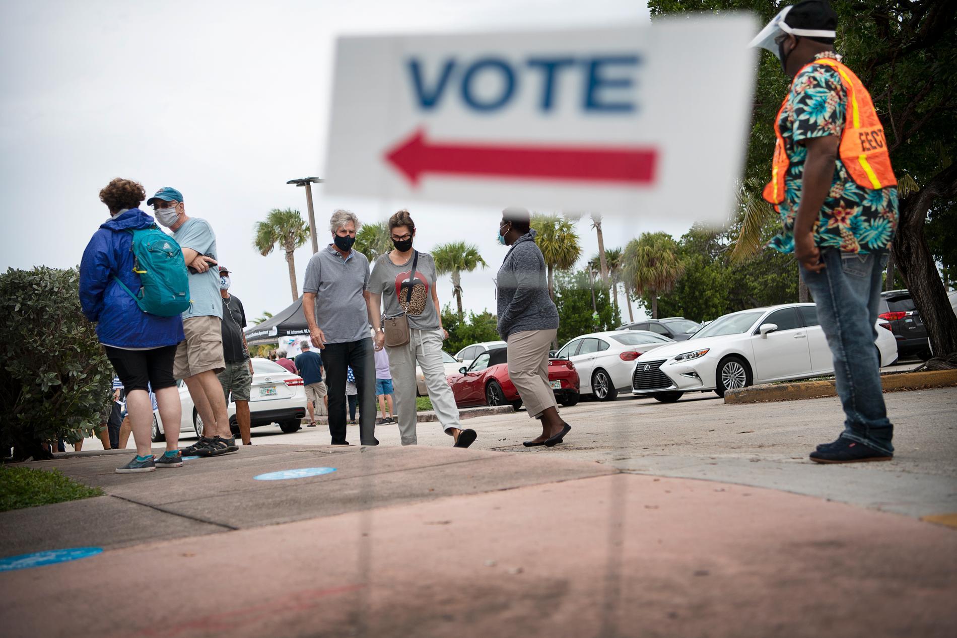 Många, särskilt de äldre, är orliga för att vänta till valdagen då köerna är extra långa och risken för att bli smittad extra stor.