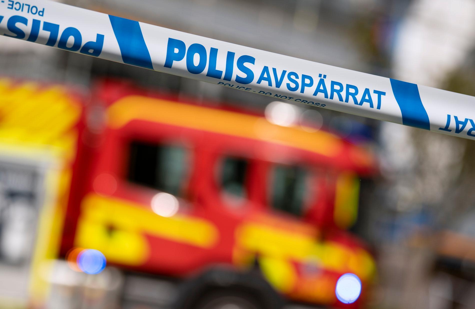 Polis biträder räddningstjänsten med bland annat avspärrningar i samband med en brand i sydvästra Stockholm. Arkivbild.