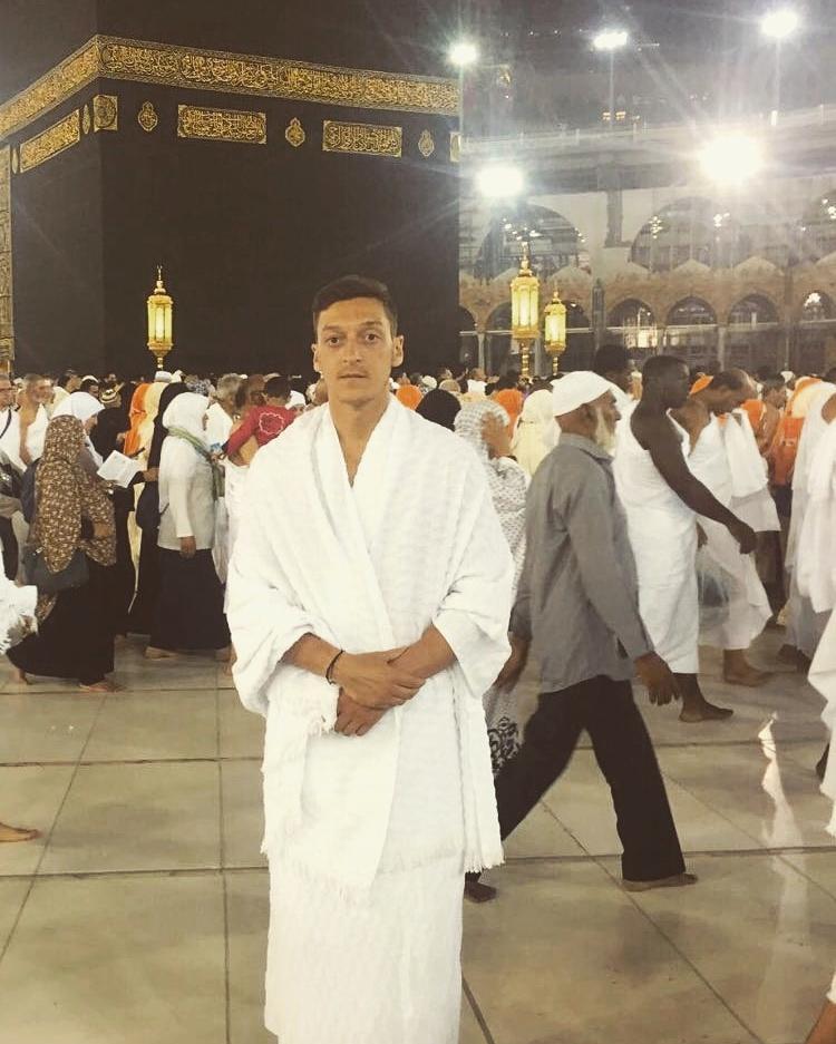 Özil la ut en bild på sig själv utanför Kaba.