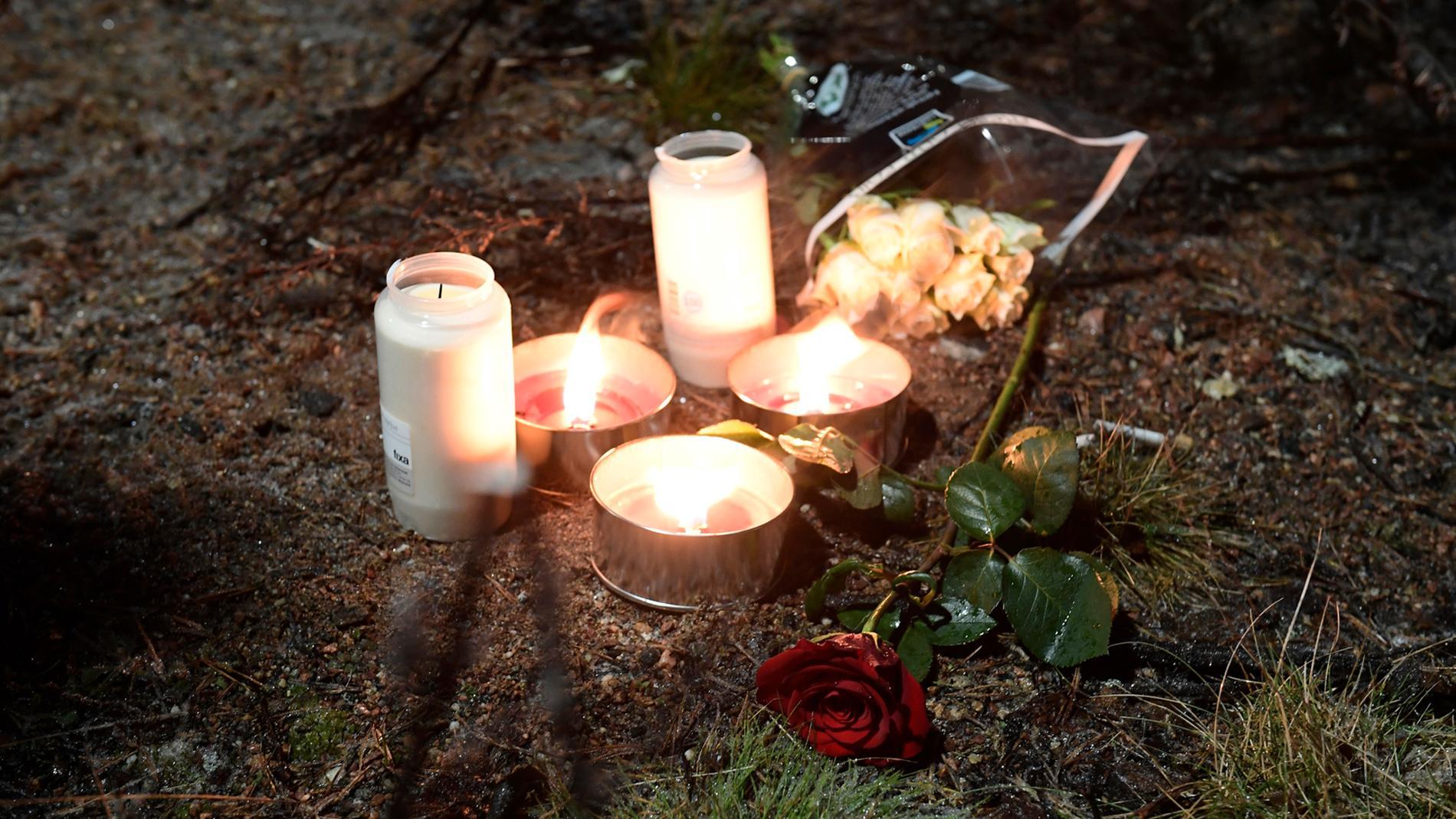 Blommor och ljus vid platsen i Björklinge där Carl dödades den 10 januari i år.
