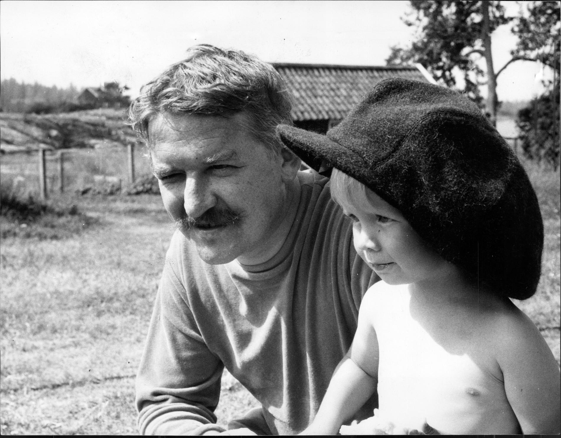 """Från inspelningarna av """"Skrållan, Ruskprick och Knorrhane"""" (1967). Hans Alfredson och Kajsa Dandenell"""