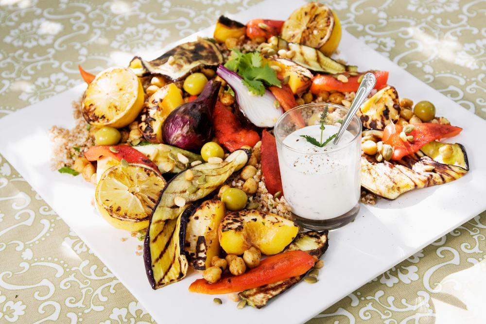 Matig sallad med grillade grönsaker.