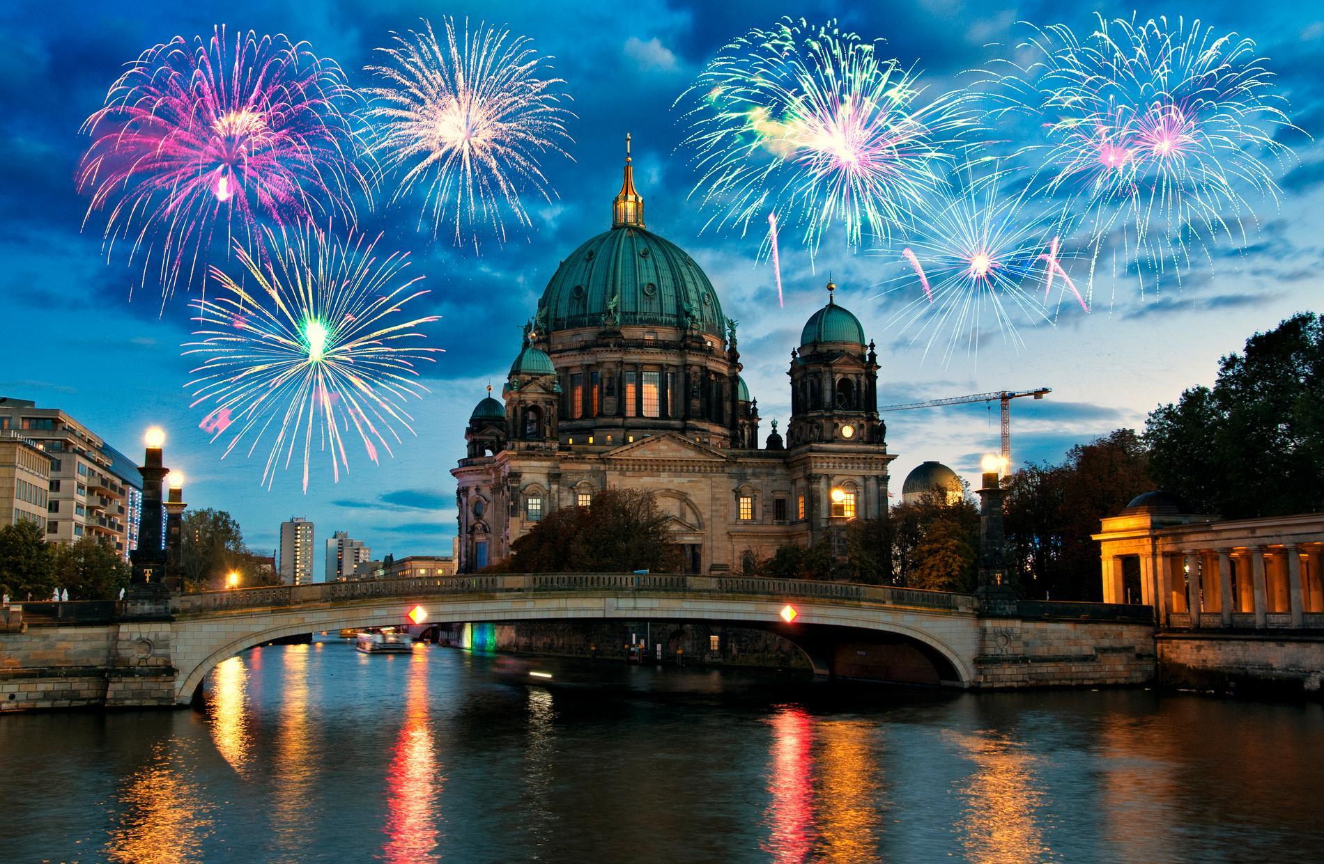 Fyrverkerierna fyller Berlin under nyår.