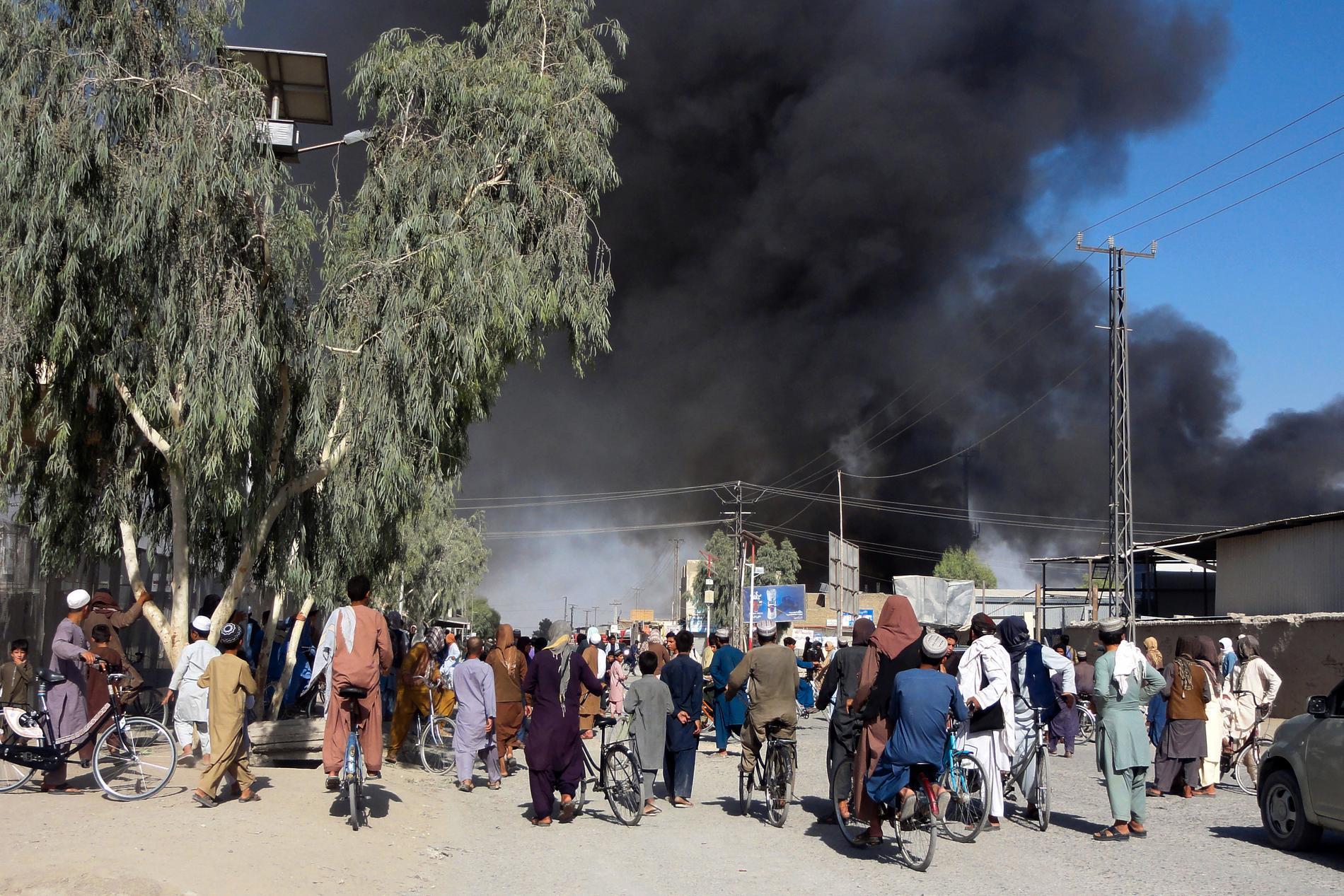 Rök sprider sig efter stridigheter mellan talibanerna och de afghanska trupperna i Kabul.