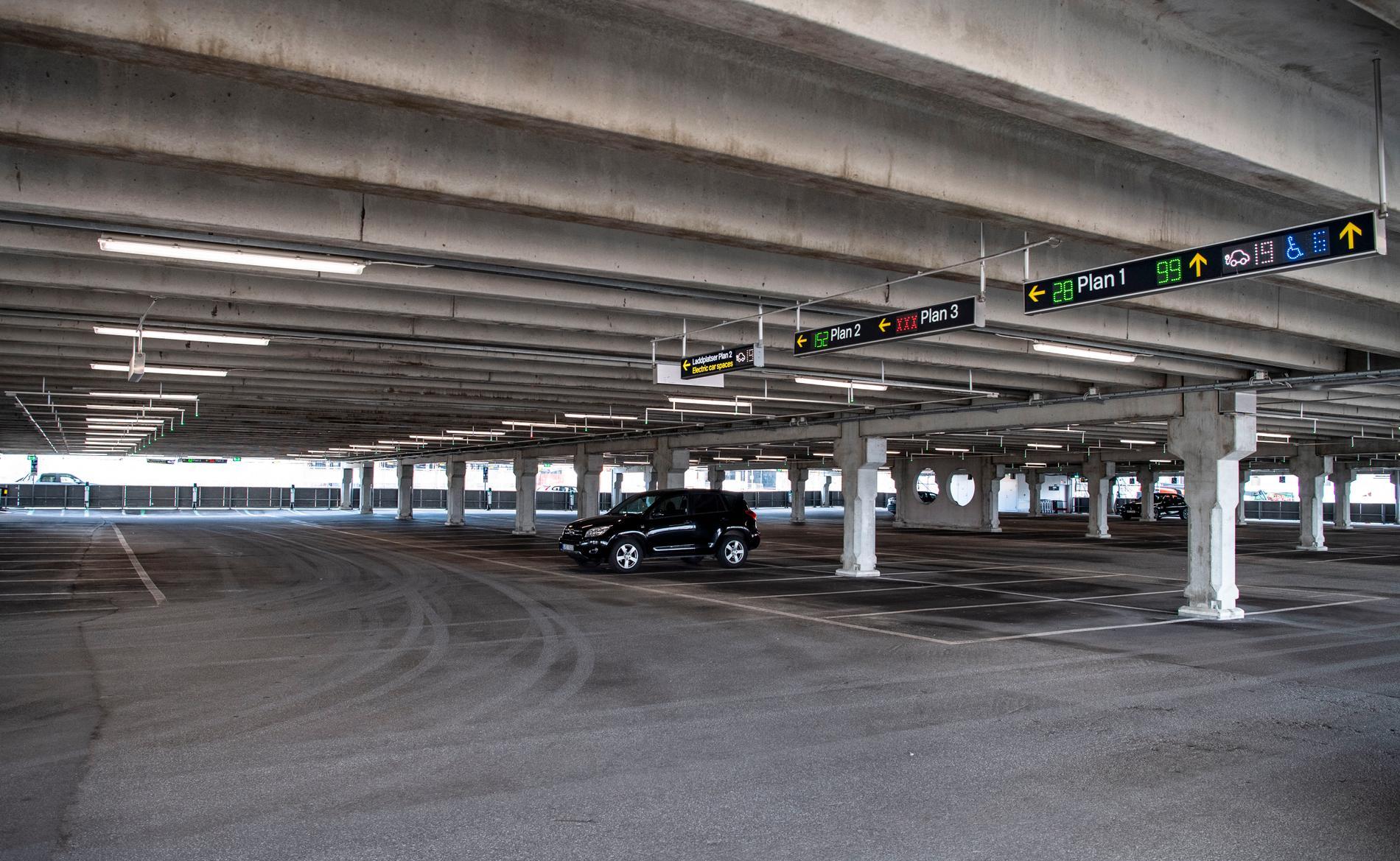 Parkeringshuset på Arlanda är i princip tomt.