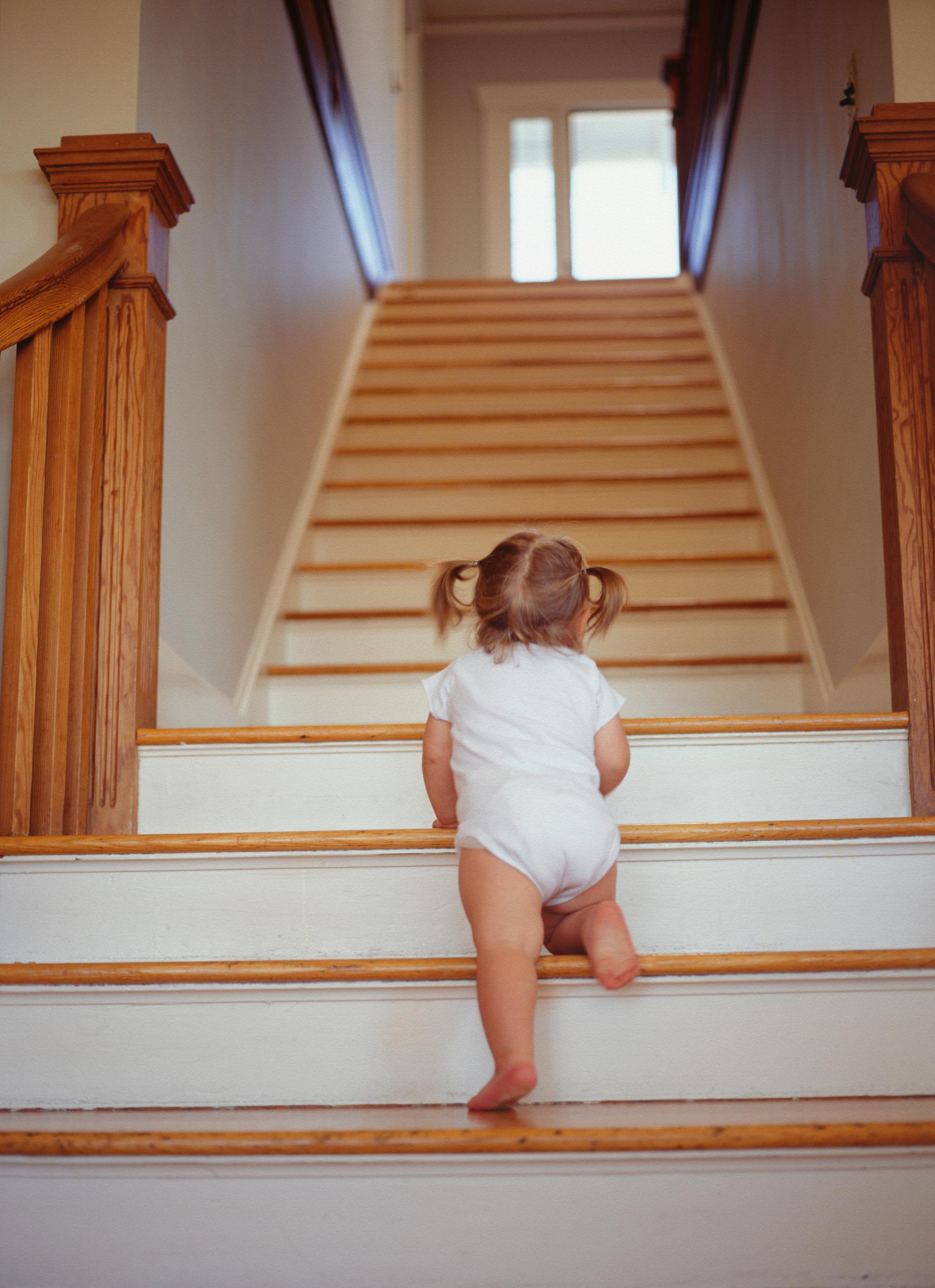 När barnet börjar röra sig, krypa, hasa eller kanske till och med gå öppnar en ny värld upp sig –både för barnet och för föräldrarna.