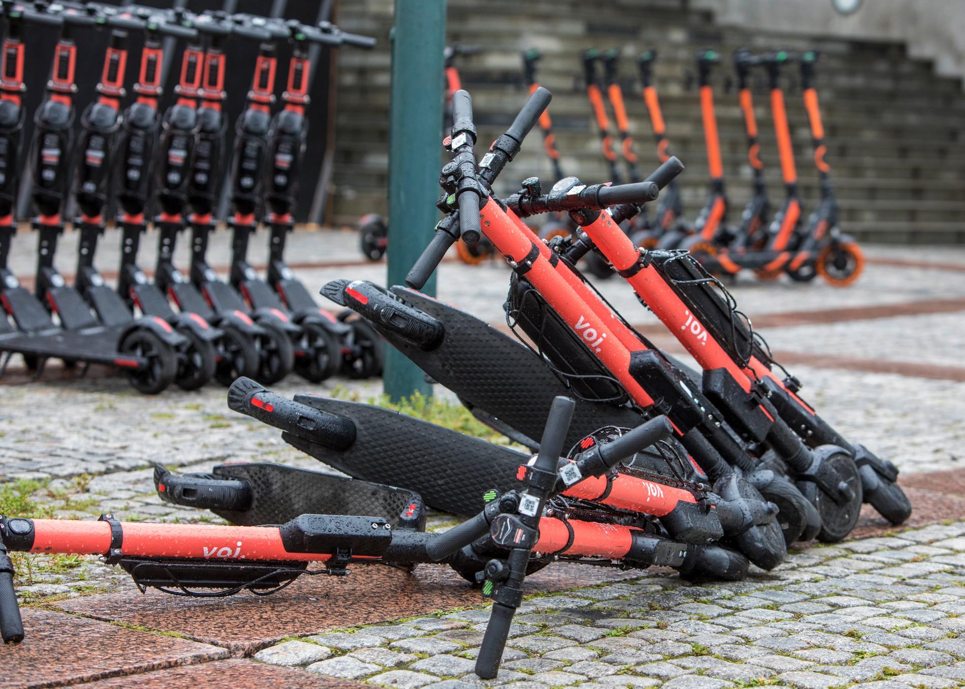 Att många stannar hemma från jobbet och att rörelsen i städerna har minskat gör att många elsparkcyklar står stilla.
