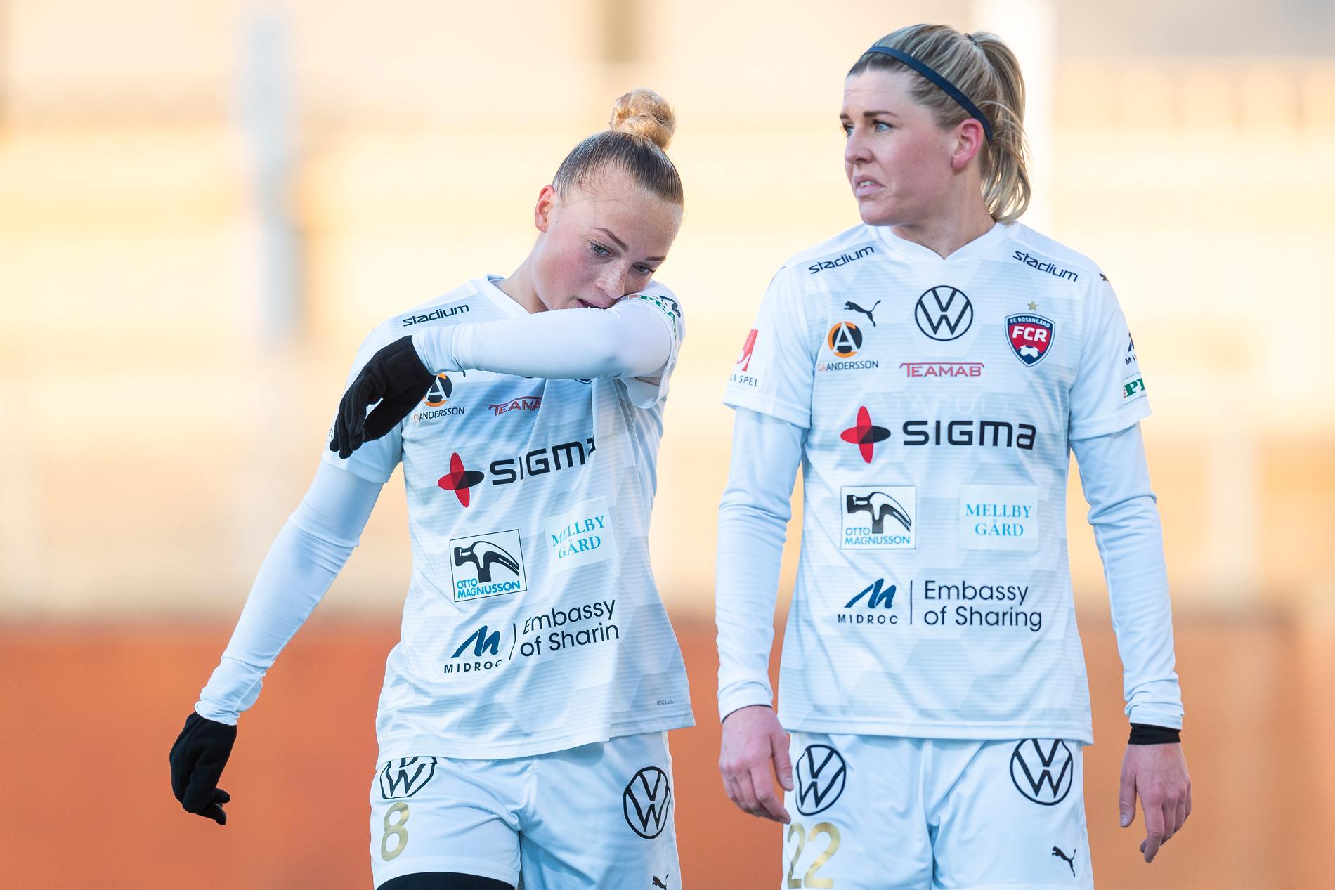 Hanna Bennison och Olivia Schough under en träningsmatch mot Eskilstuna United.
