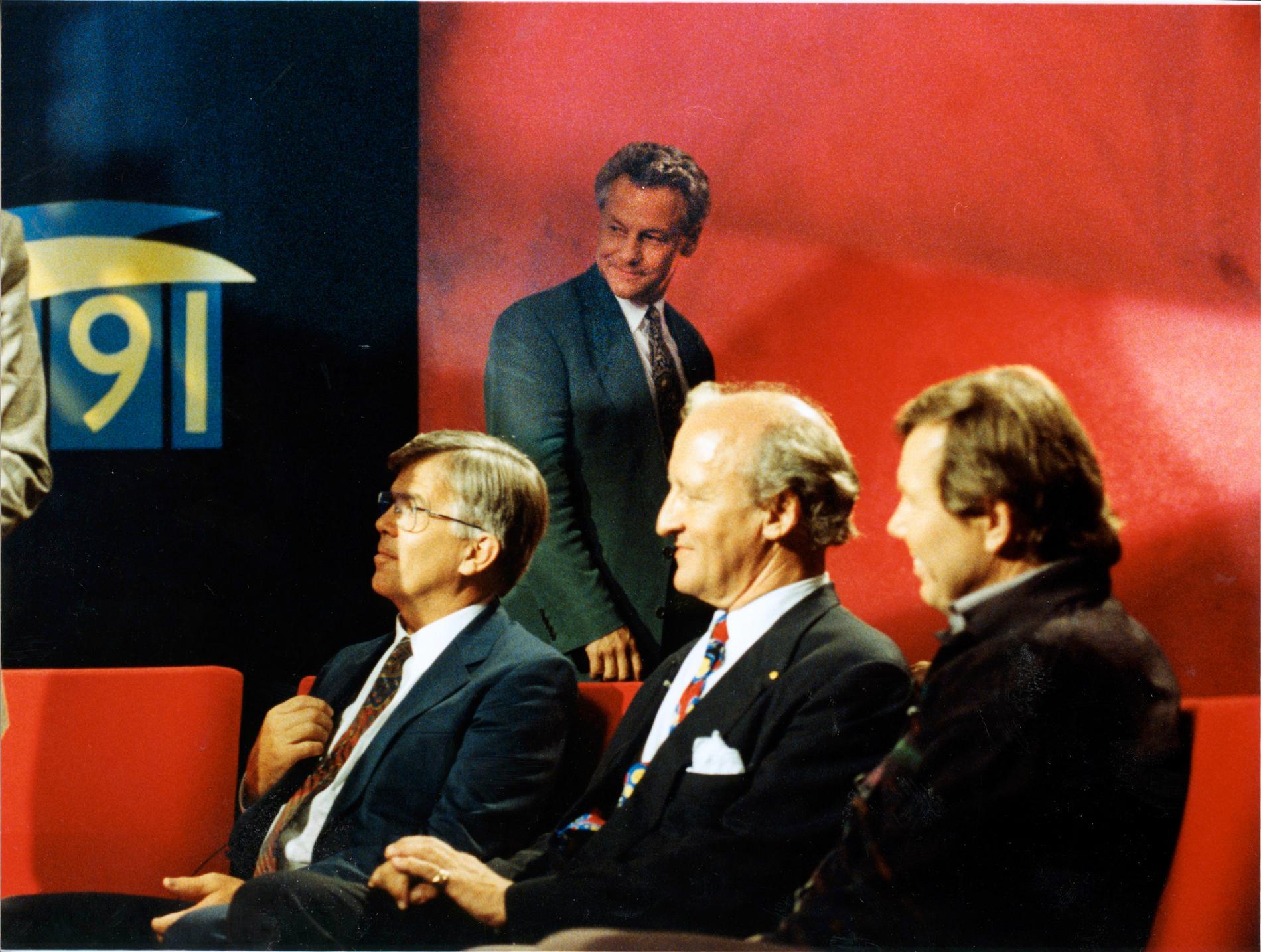 Bengt Westerberg lämnar tv-studion när Ny Demokratis Ian Wachtmeister och Bert Karlsson sätter sig i soffan. Till vänster i bild sitter Alf Svensson, dåvarande partiledare för Kristdemokraterna.
