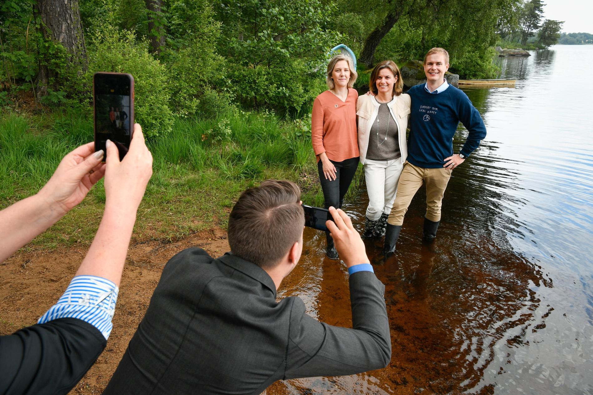 Miljöminister Karolina Skog, klimatminister Isabella Lövin och utbildningsminister Gustav Fridolin om budgetsatsningen för att förebygga torka och låga grundvattennivåer.