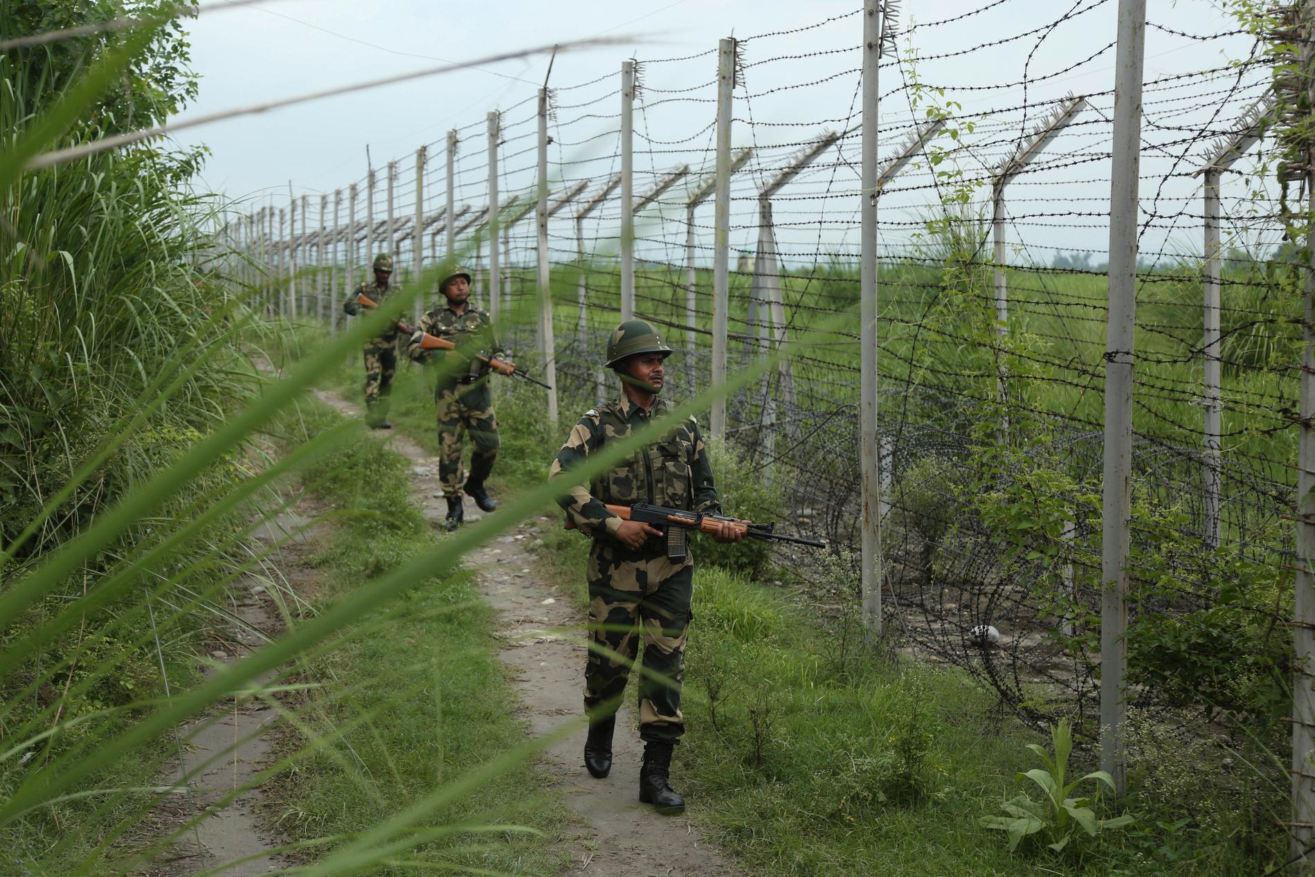 Indiska soldater patrullerar gränsen till Pakistan. Arkivbild