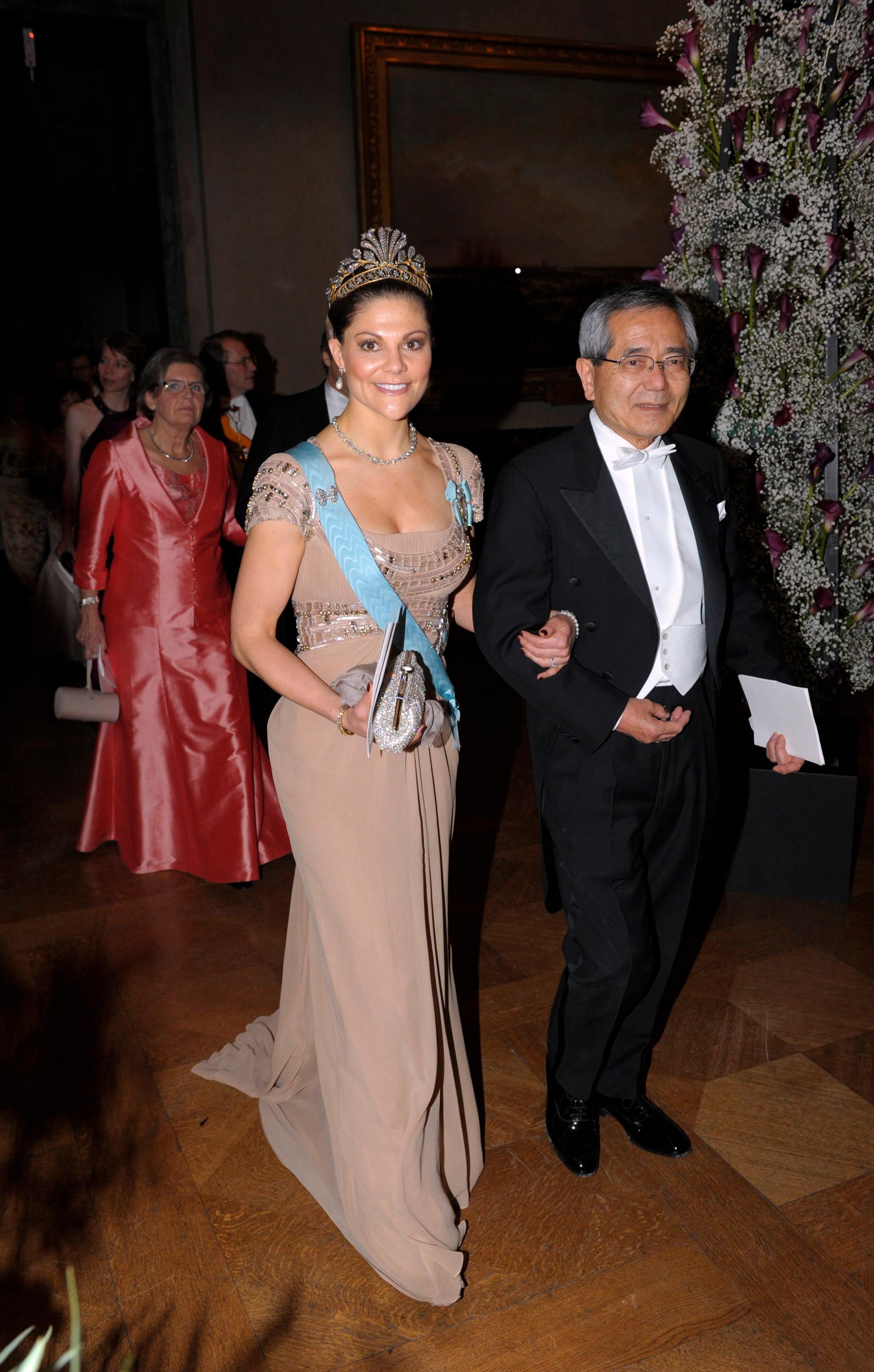 2010.Kronprinsessan valde åter haute couture och en fantastisk klänning från libanesiske Elie Saab med skimrande applikationer. I håret satt det så kallade ståldiademet.