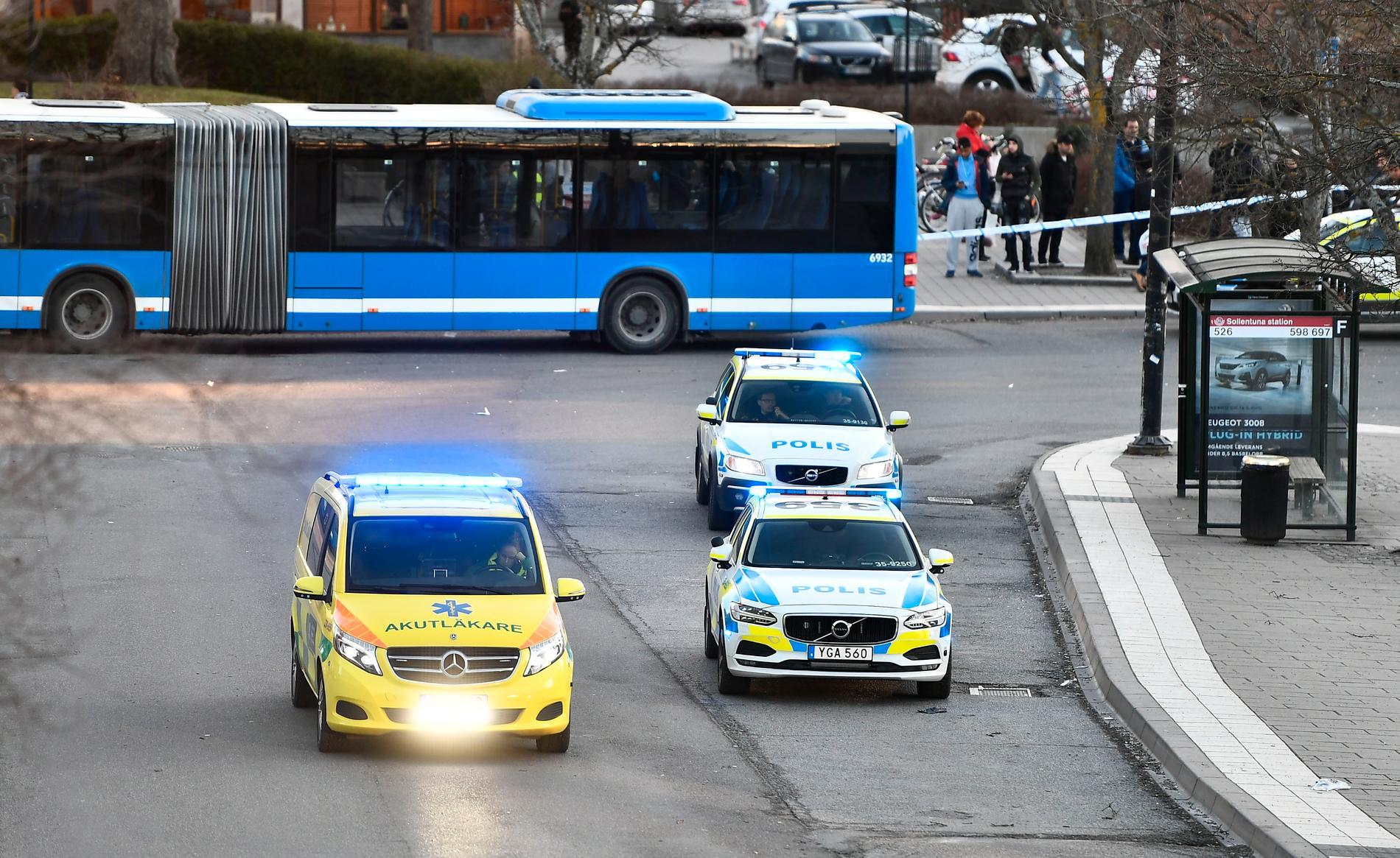 Den skadade personen ska finnas i närheten av en busstorg. Polisen har spärrat av området för teknisk undersökning.
