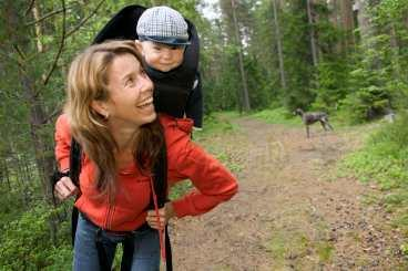 Magdalena Forsberg skidade hem sex VM-guld med en bössa på ryggen 1997-2001, nu är det sonen Olle som hänger där. Olle föddes vintern 2003 - i skyttens tecken förstås.