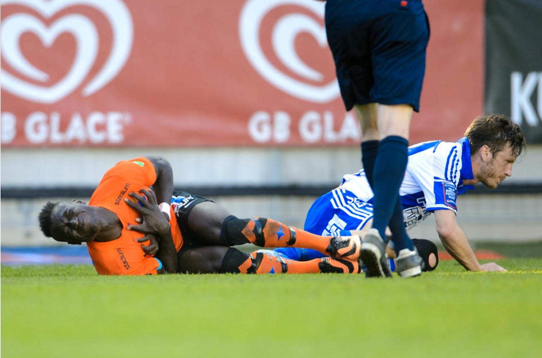 Alhaji Kamara ligger skadad efter att IFK Göteborgs Gustav Svensson tacklat honom.