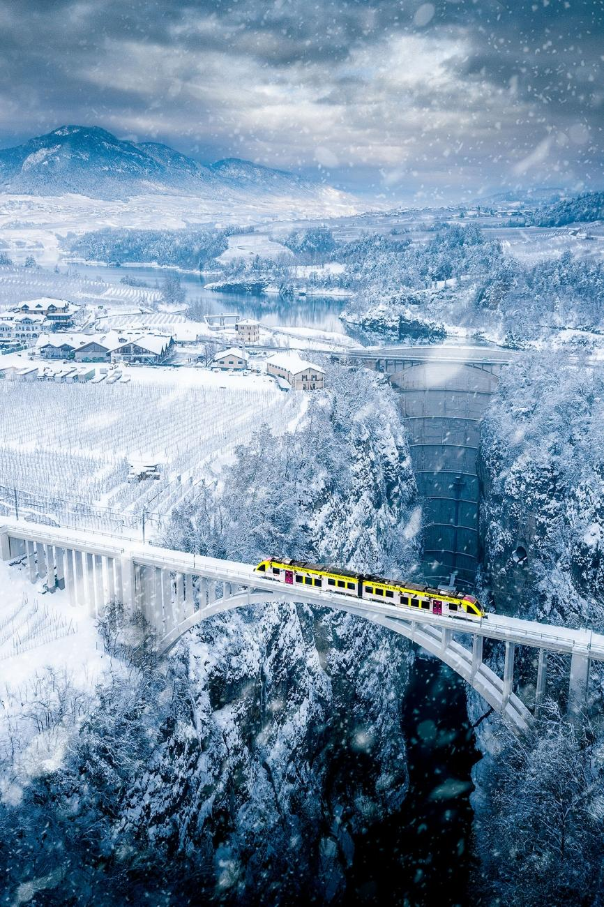 """""""Vaccanonesa är ett litet tåg som förbinder staden Trento med byarna Val di Non och Val di Sole i Trentino. Under sin resa genom äppelträdgårdarna gör tåget denna hisnande passage över en 150 meter djup ravin."""""""