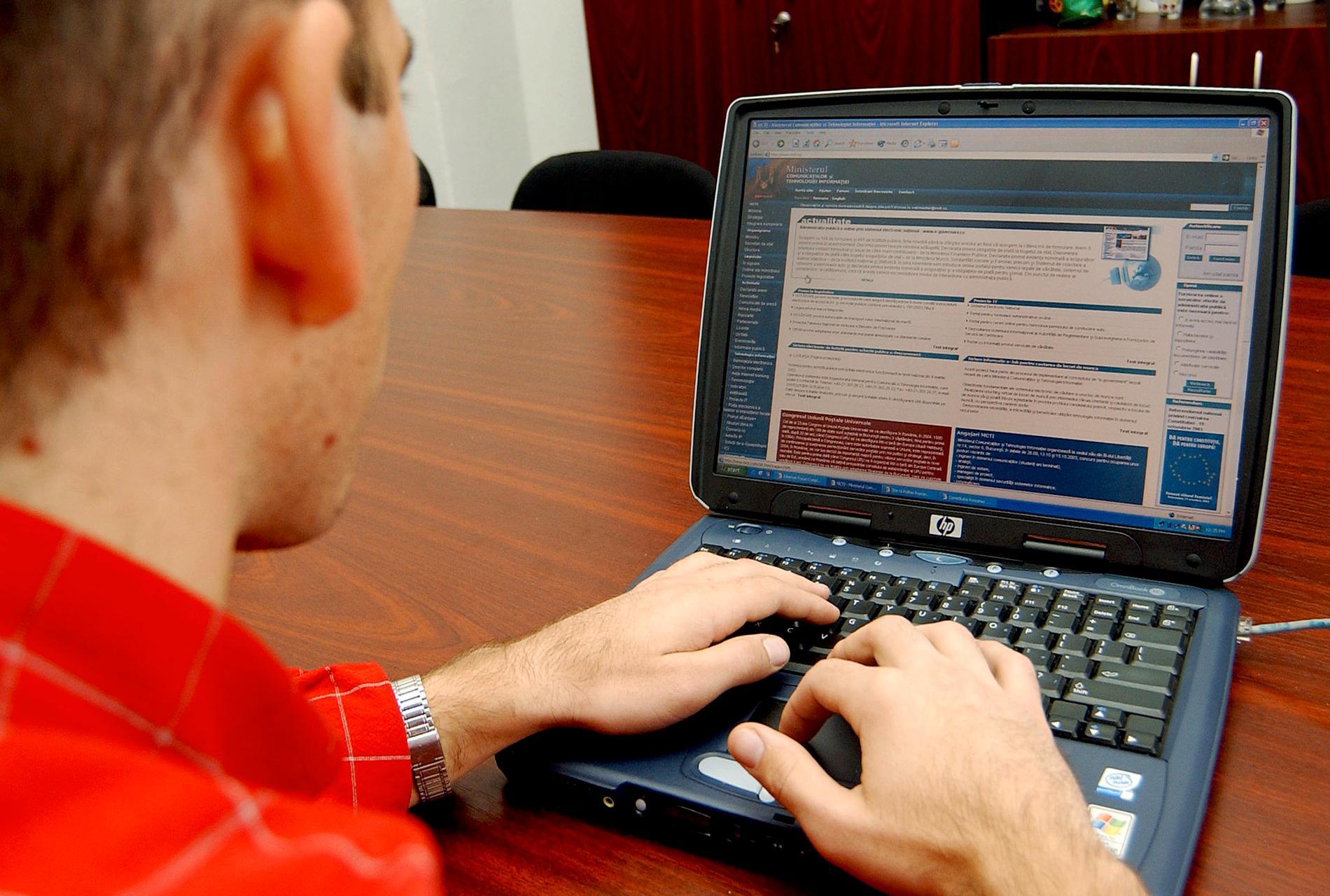 Hur ersättning ska betalas vid länkande och bättre stopp för uppladdning av upphovsrättsskyddat material ingår i EU:s omdebatterade nya regler för upphovsrätt på nätet. Datoranvändaren på bilden - en rumänsk polis i början av 00-talet - har dock inget med texten att göra. Arkivfoto.