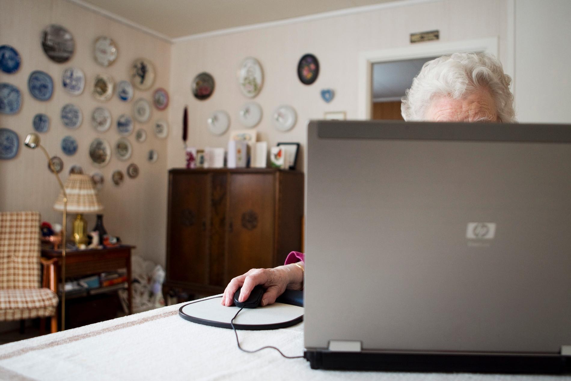 När MSB gör sina coronaundersökningar inkluderas inte personer över 79 år. Bilden är en genrebild.