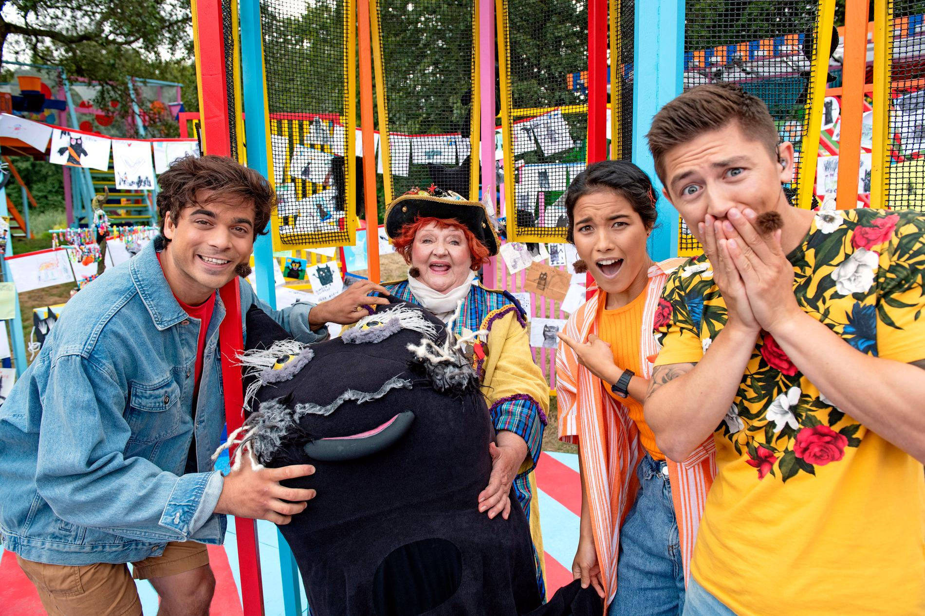 Kapten Doris, spelad av Marianne Mörck, var årets Sommarskugga. Här ser vi henne omgiven av tre förvånade programledare. Pressbild.