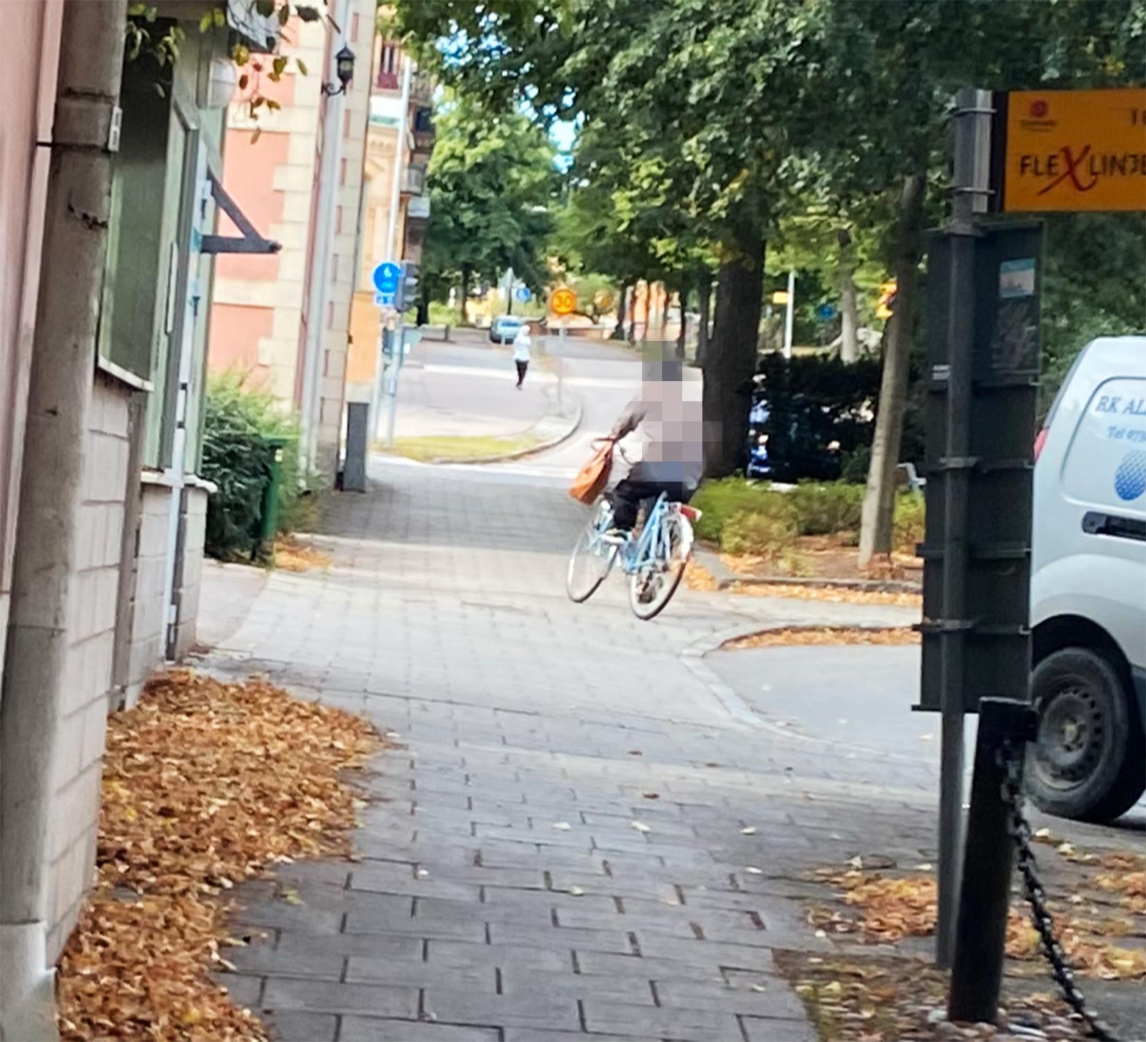 På bilden Jessica Demir tog när hon jagade rånaren har han den 90-åriga damens handväska på styret.