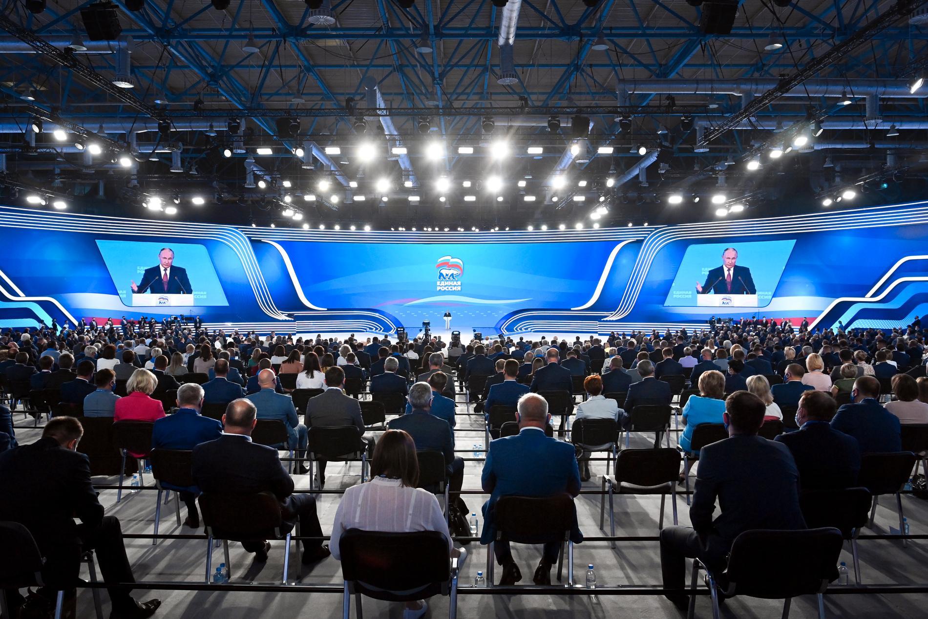 Putin talar på Enade Rysslands kongress.