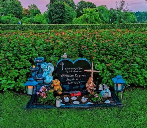"""De besöker graven ofta: """"Jag är en stolt änglamamma""""."""