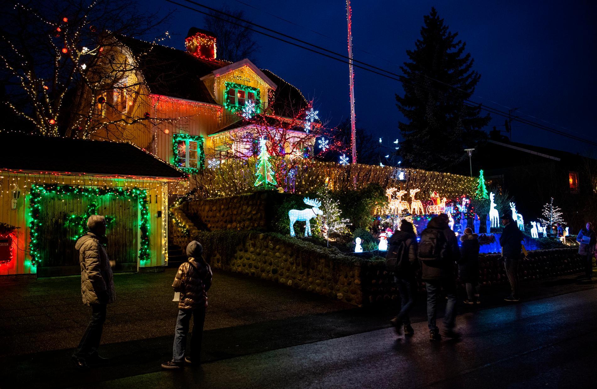 Bosse Larssen har smyckat sitt julhus på Blästervägen i Fullersta i år igen, det har blivit en kär tradition för många Huddingebor.