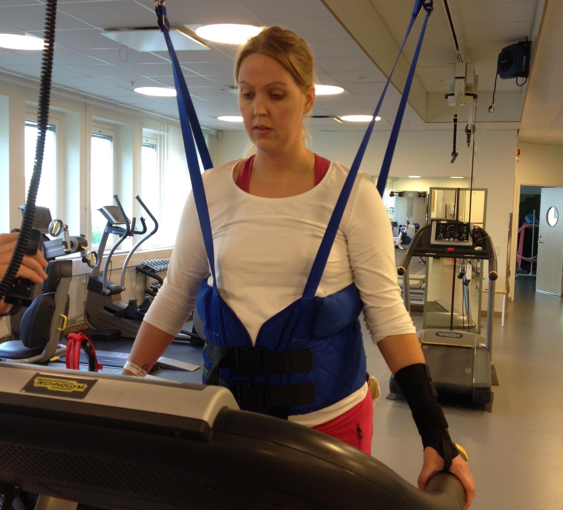 Maja fick hjärnblödning när hon var i vecka 28, något som förändrade hennes liv. Här tränar hon upp sin rörelse igen, tre-fyra veckor efter stroken.