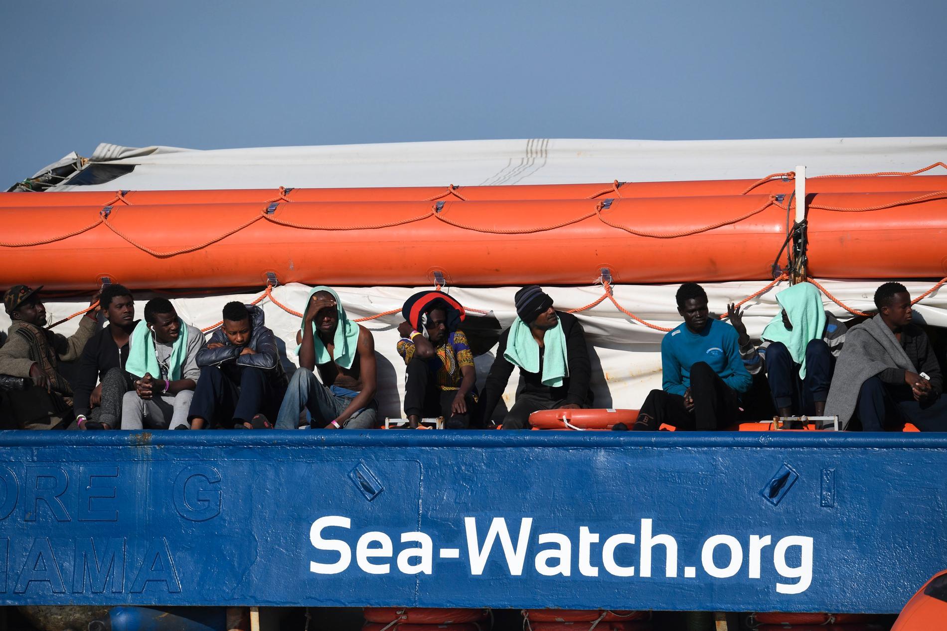 Migranter väntar ombord på Sea Watch 3 utanför Siciliens kust.