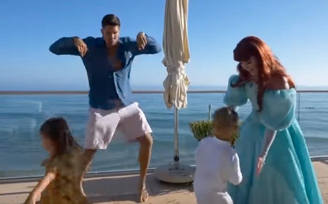 Självaste sjöjungfrun Ariel dyker upp till alla hugade spekulanter och barns stora glädje