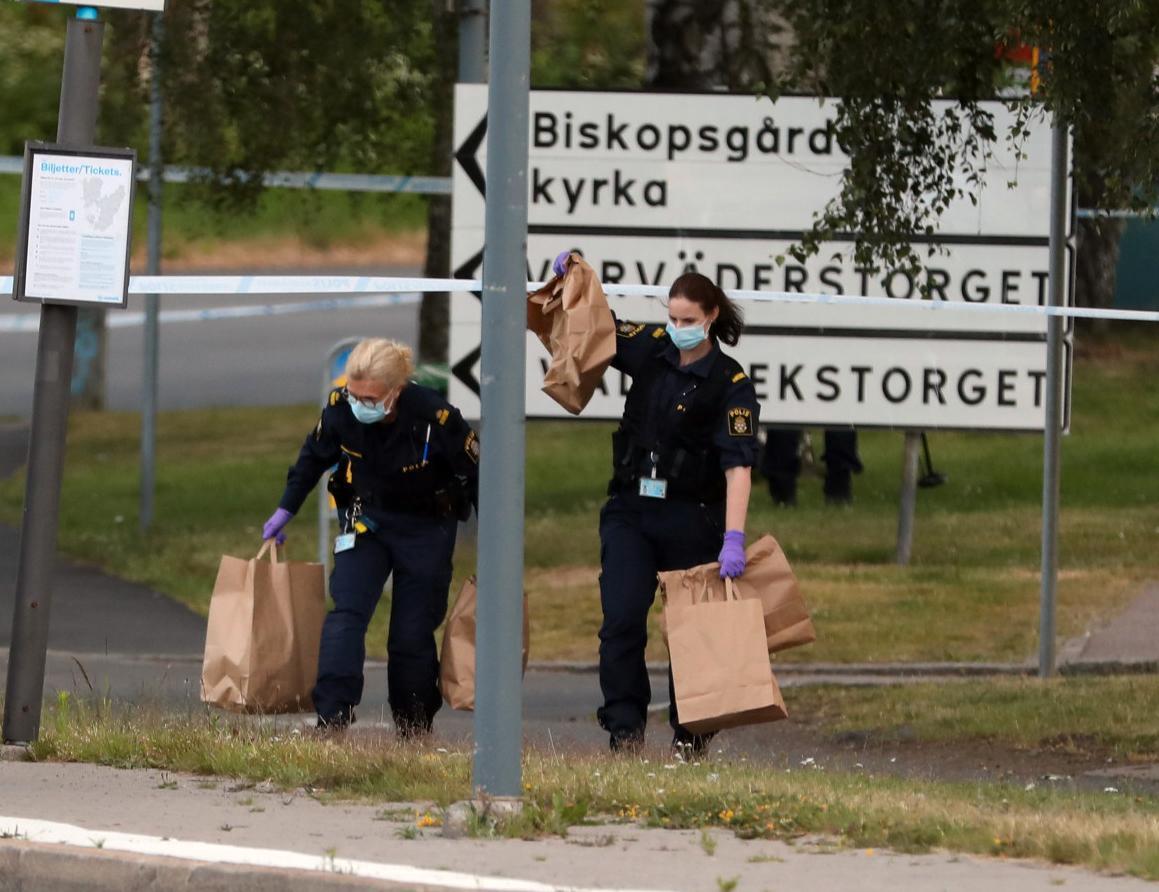 Polisens tekniker arbetade på platsen under torsdagen.
