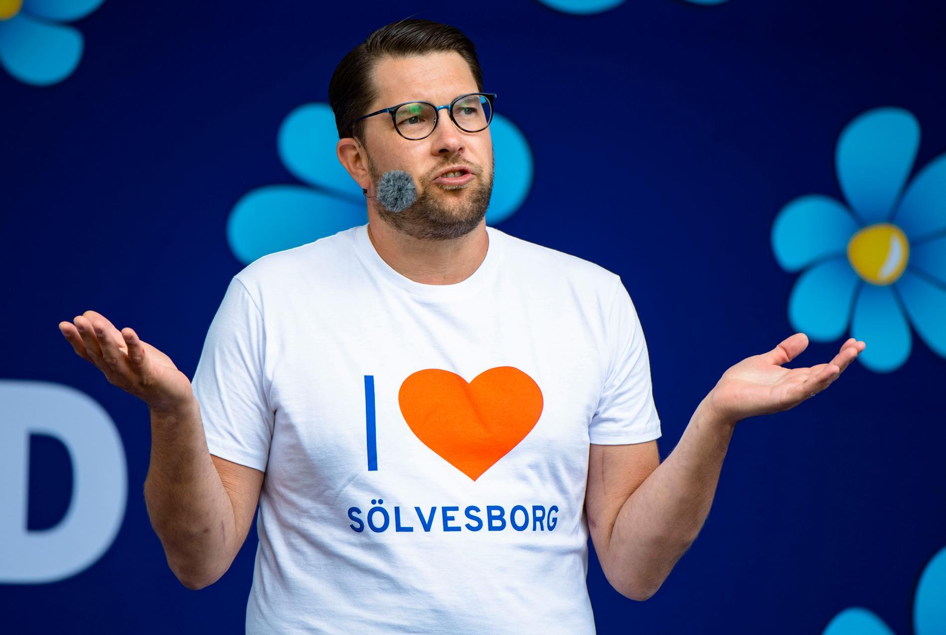 Jimmie Åkesson skulle kunna inspirera sina vaccinskeptiska väljare att ta sprutan.
