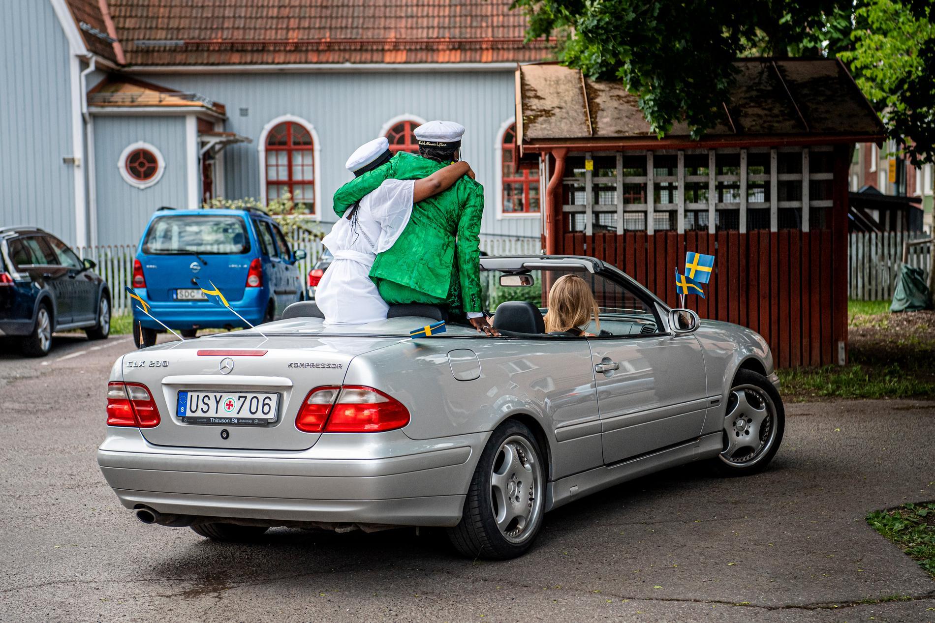Lämnar skolan bakom sig. Tusse och vännen Mai firar hämtades i cabriolet och såg sig inte om när de lämnade skolgården.