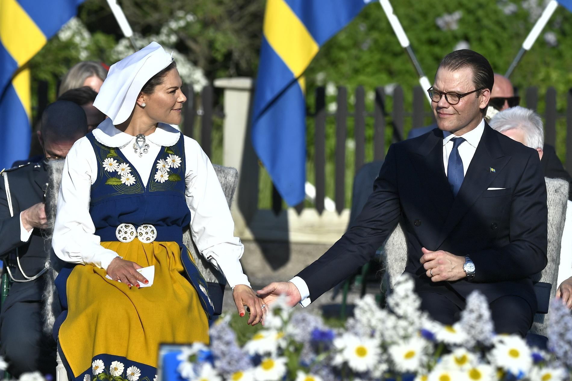 Kronprinsessan Victoria och prins Daniel njuter av varandras sällskap under nationaldagsfirandet på Skansen.