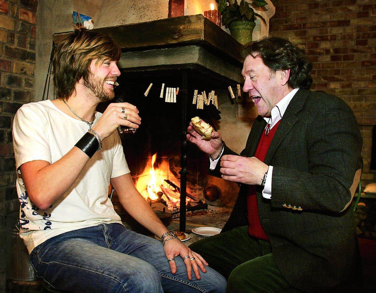 """""""Vi gör allt möjligt ihop: går ut och äter och kollar konserter"""", säger Anton och tar en fika med pappa Tommy."""