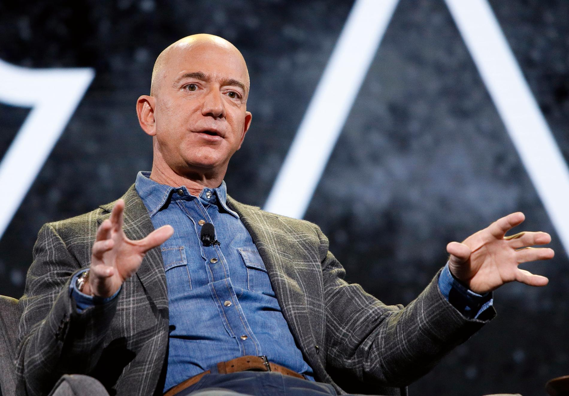 Amazons VD Jeff Bezos är världens rikaste man. Det hindrar inte MIkael Damberg, Isabella Lövin och Ibrahim Baylan från att lova honom svenska skatteförmåner.
