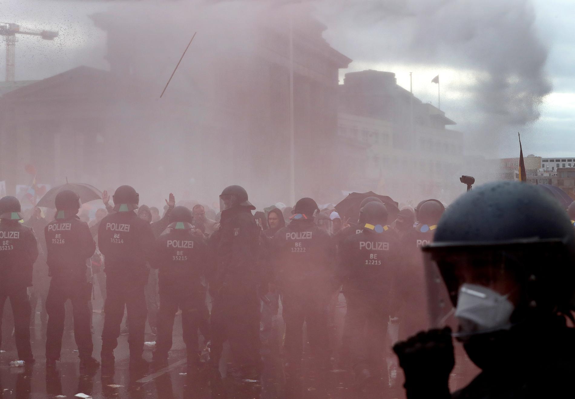Tysk polis har använt vattenkanoner mot demonstranterna.