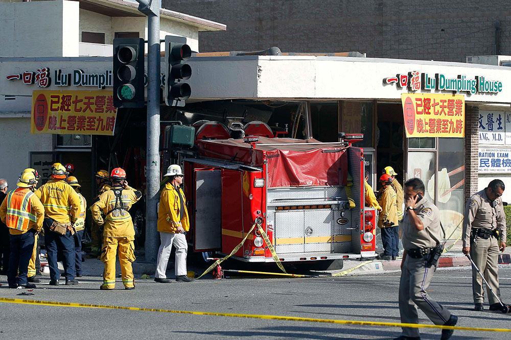 Kraschade in i restaurang En av brandbilarna åkte in i en restaurang efter krocken.