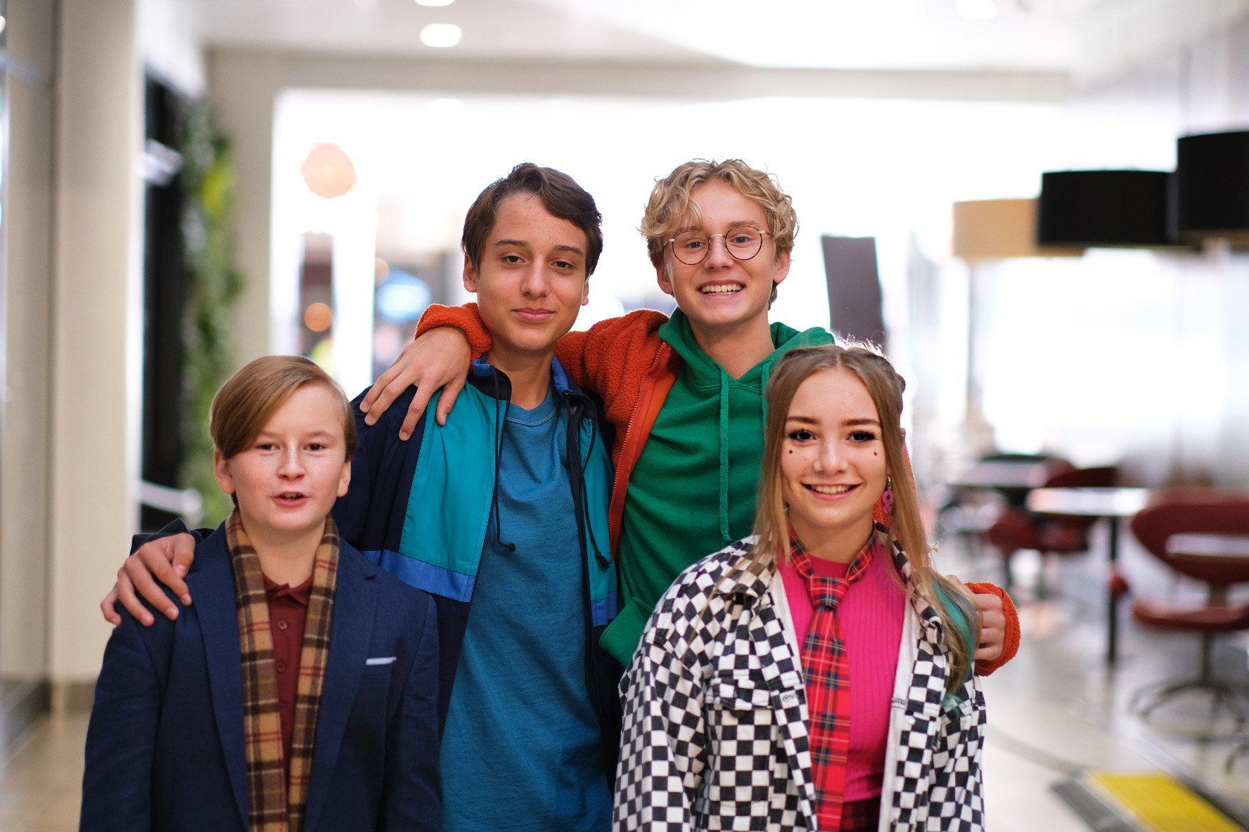 Lill-Erik (Arvid Bergelv), Åke (Samy Karlsson Fariat), Bert (Adrian Macéus) och Thora (Lily Wahlsteen). Pressbild.