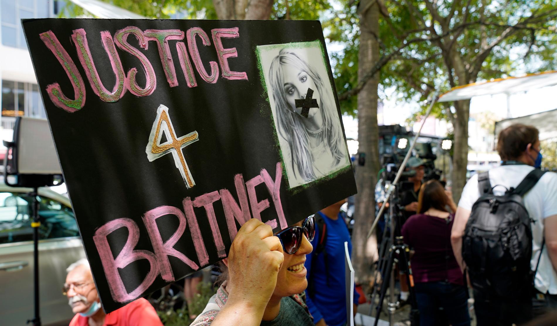 """Anhängare av den så kallde """"Free Britney""""-rörelsen utanför domstolen i Los Angeles i juli."""