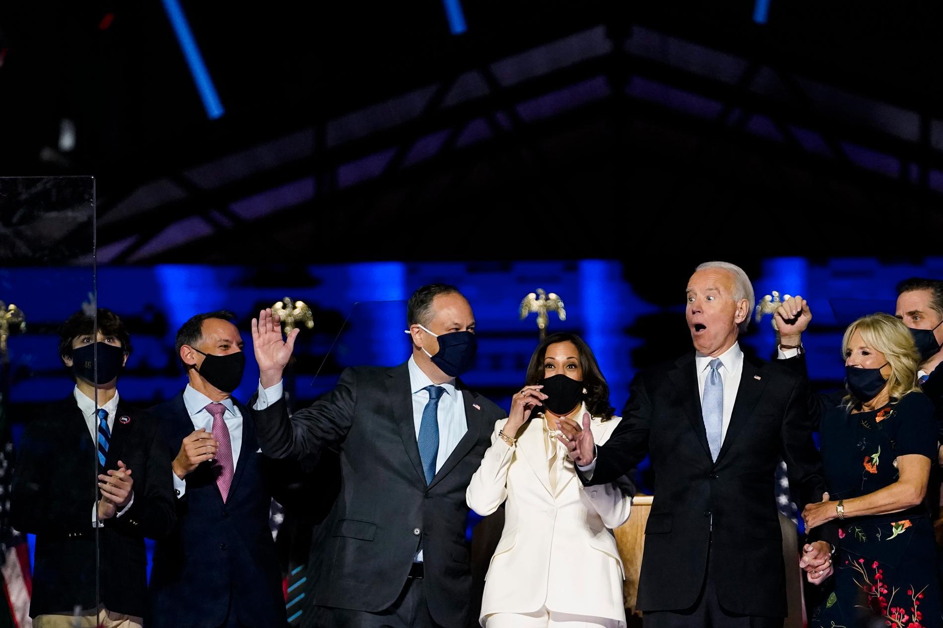 Kamala Harris make Doug Emhoff, blivande vice presidenten Kamala Harris, Joe Biden och hans fru Jill Biden efter segertalet i natt.