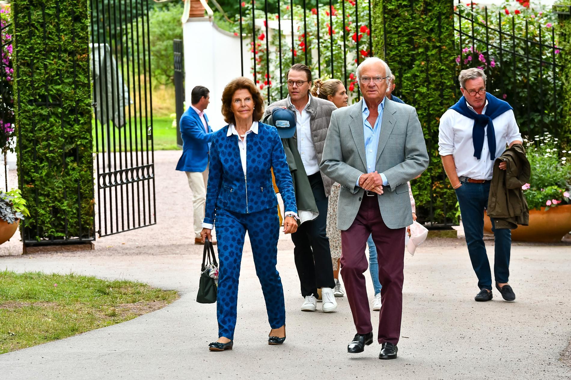 Kung Carl Gustaf och drottning Silvia följda av bland andra prins Daniel och Chris O'Neill.