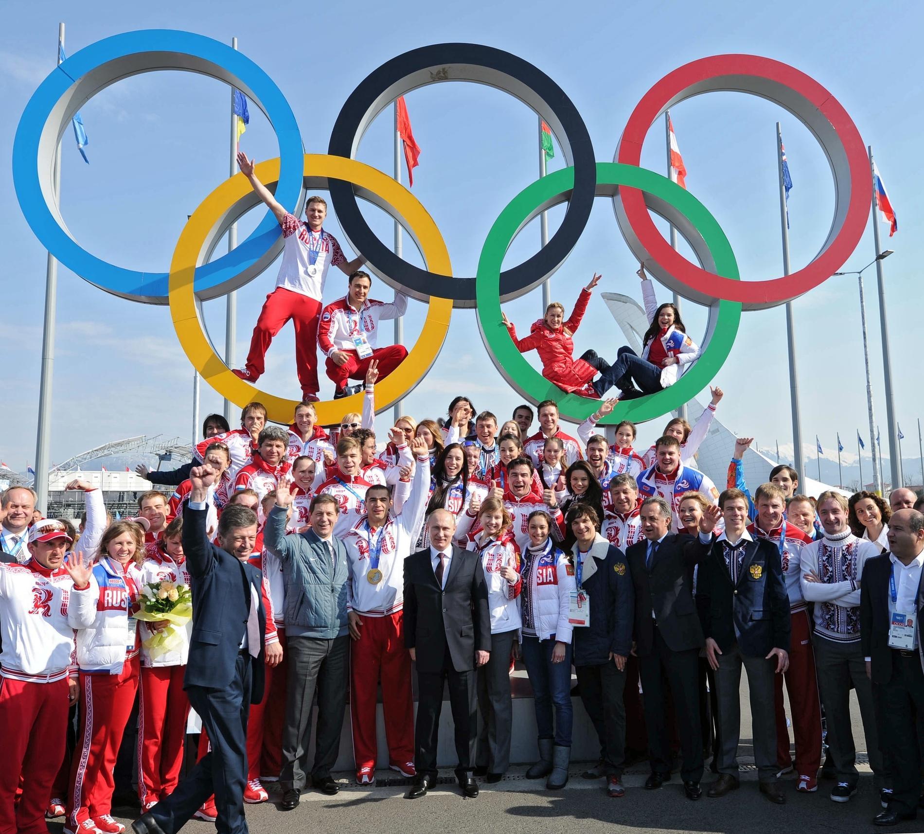 Putin poserar med ryska medaljvinnare i OS 2014.