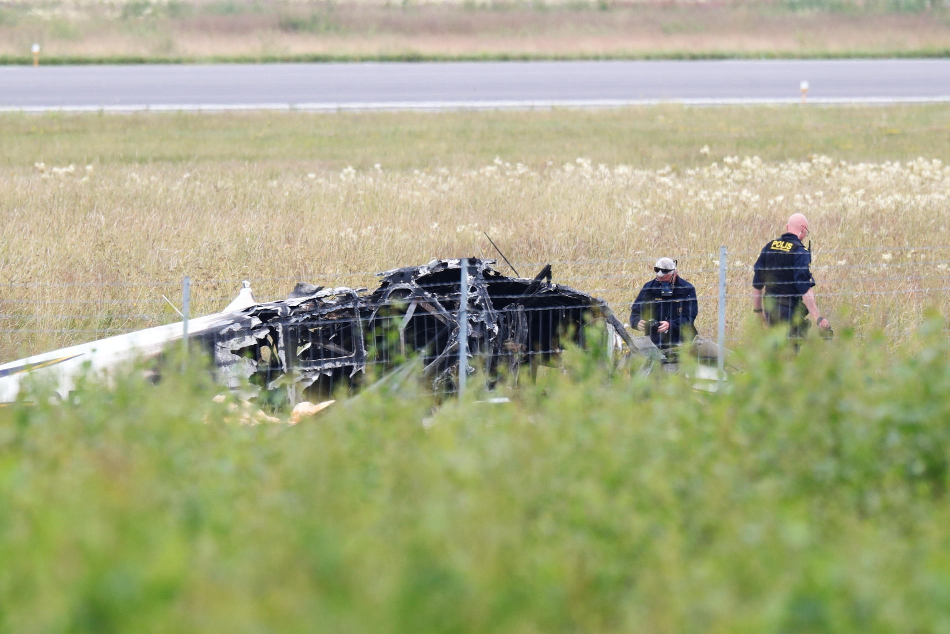 Poliser undersöker flygplansvraket i närheten av Örebro flygplats.